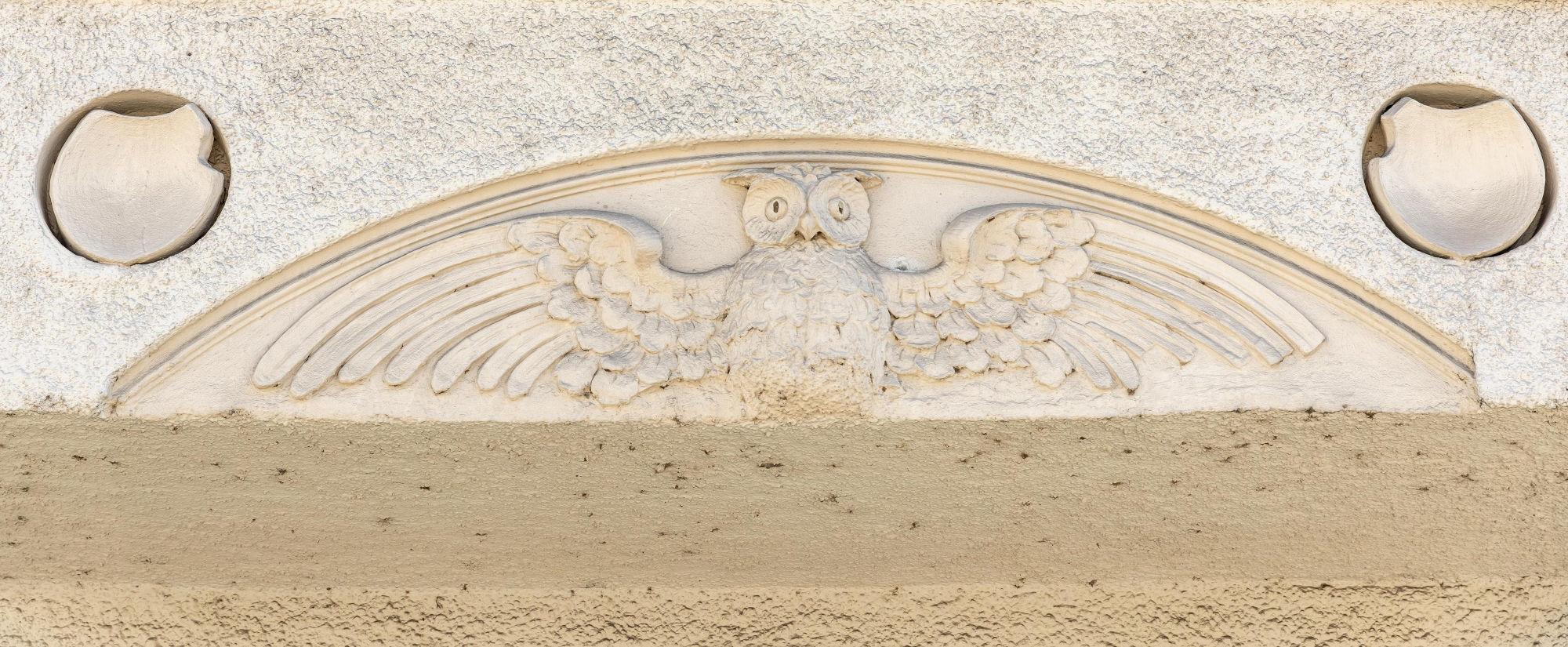 Eule mit gespreizten Flügeln - Verzierung an Münchner Hausfassade